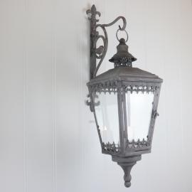 Hengenee Lykt med stativ 56 cm - antikgrå , hemmetshjarta.no