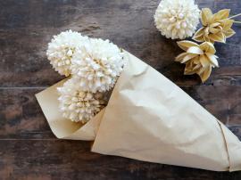 Fleur Ekte tørket snøballblomst 3 stk L60 cm Krem i brunt papir , hemmetshjarta.no